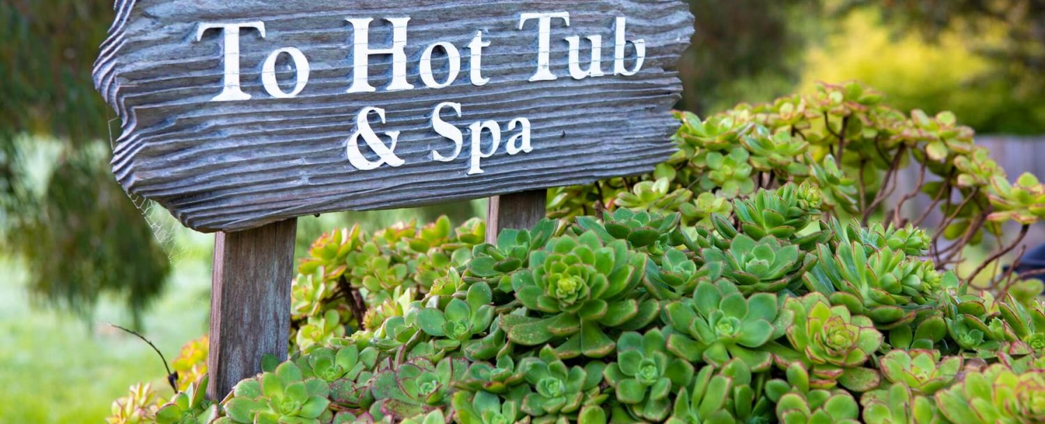 Sign pointing to the hot tub
