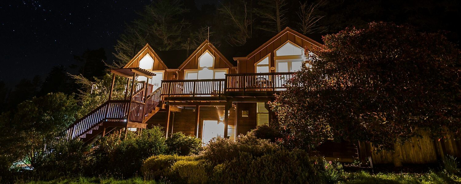 Mendo Lodge at night