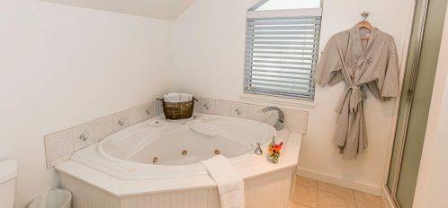 Pacific Room's bath tub